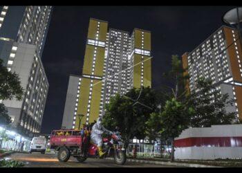Suasana pada suatu malam di Rumah Sakit Darurat Covid (RSDC) Wisma Atlet Kemayoran, Jakarta Pusat.