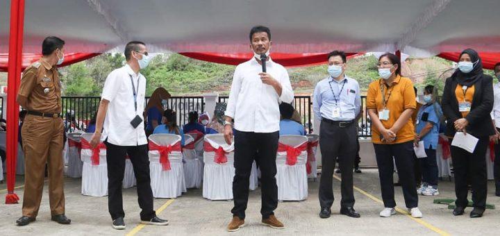 Wali Kota Batam, Muhammad Rudi saat meninjau vaksinasi massal untuk karyawan PT. Volex Indonesia di Kawasan Industri Sekupang. (Foto: Humas Pemko Batam)
