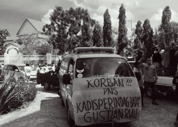 Jenazah Friska Ginting (42), dibawa warga ke Kantor Wali Kota Batam dan Kantor DPRD Kota Batam. (Foto: Fathur Rohim)