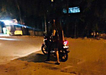 Juliansyah, saat mengantar PSK langganannya. (Foto: Bintang Hasibuan)