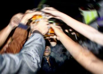 Sekelompok pemuda sedang berpesta di sebuah tempat hiburan malam di Kota Batam. Foto: Bintang Hasibuan