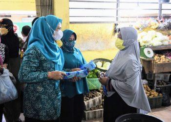Ketua TP-PKK Kepulauan Riau, Dewi Kumalasari Ansar, membagikan masker di pasar sayur Dabo Singkep, Lingga, Kamis, 26 Agustus 2021. (Pemprov Kepri)