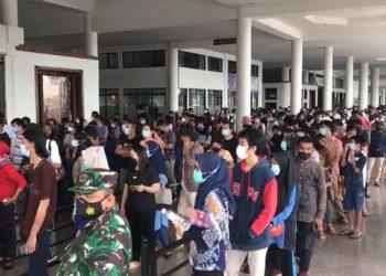 Antrean panjang vaksinasi merk Moderna pertama di Batam, Kepulauan Riau, dì Vihara Maitreya, Batam, Jumat, 27 Agustus 2021. (Foto: Fathur Rohim)