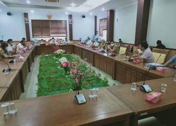 Sejumlah konsumen Oxley Apartemen mengadu ke Komisi I DPRD Kota Batam, karena ketidakjelasan proses pembangunan proyek tersebut, Selasa, 31 Agustus 2021. (Foto: Fathur Rohim)
