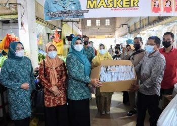 Ketua Tim Penggerak PKK Provinsi Kepri, Dewi Kumalasari Ansar menyerahkan bantuan masker di Pasar Mitra Raya Batam Centre, Kamis, 23 September 2021. (Foto: Humas Pemprov)