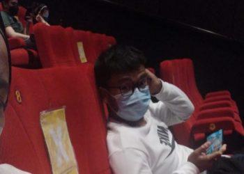 Juan Rois Lubis (23) memotret temannya yang juga ikut lolos menonton bioskop. Foto: Arsip narasumber.