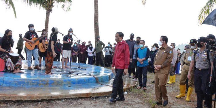 HRS Band saat tampil di depan Presiden RI, Joko Widodo yang berkunjung ke Batam, Kepulauan Riau untuk menanam bibit bakau di Pulau Setokok, Bulang Batam, Selasa, 28 September 2021. (Foto: Ist)