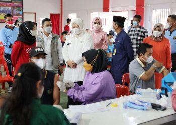 Wakil Gubernur Kepulauan Riau, Marlin Agustina saat meninjau vaksinasi pelajar di Maha Vihara Duta Maitreya Monastery, Sei Panas, Batam, Sabtu, 18 September 2021. (Foto: Ist)