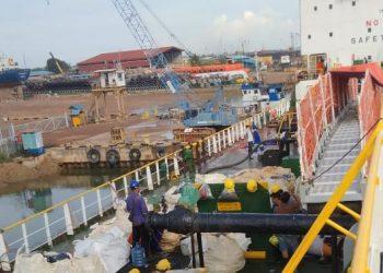 Para pekerja saat mengemas limbah dari MT Bitumen Eiko. (Foto: Arsip narasumber)