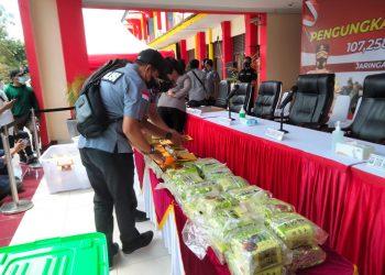 Barang bukti sabu-sabu yang diamankan polisi dari atas kapal pesiar yang melintas di Batam. (Foto: Fathur Rohim)