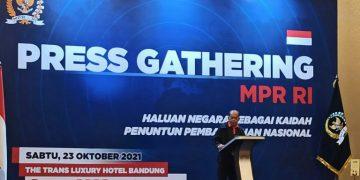 Wakil Ketua MPR RI Syarief Hasan berbicara dalam Press Gathering di Bandung, Sabtu, 23 Oktober 2021.