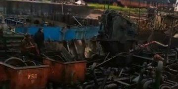 Proses pengangkatan besi tua di PT Batamitra Sejahtera. (Foto: Arsip narasumber)
