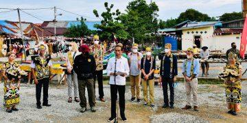 Presiden Jokowi disaksikan sejumlah Duta Besar, memberikan keterangan pers seusai peninjauan vaksinasi door to door di Kelurahan Karang Rejo, Kota Tarakan, Selasa, 19 Oktober 2021.