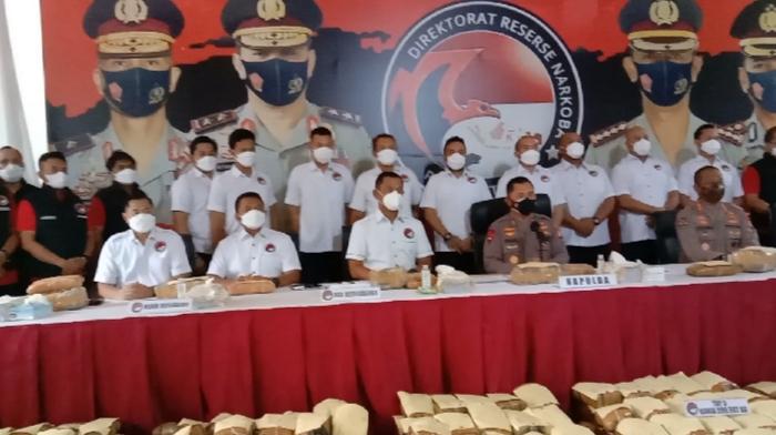 Kapolda Metro Jaya Irjen Fadil Imran menggelar jumpa pers di Mapolda, tentang  pengungkapan kasus ganja seberat 1,370 ton jaringan Aceh-Medan-Jakarta, senilai hampir Rp7 miliar.