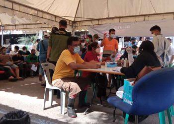 Para pedagang Mega Legenda yang mendaftar untuk mendapatkan vaksinasi. (Foto: SIR)