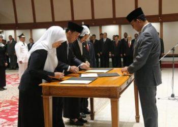 Pelantikan tujuh pejabat eselon dua Pemerintah Provinsi DKI Jakarta oleh  Gubernur Anies Baswedan (kanan) di Balai Kota, Rabu, 13 Oktober 2021.