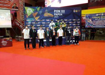 Berfoto bersama setelah penyerahan medali kepada para pegulat pemenang pertandingan dalam PON XX Papua, Senin, 11 Oktober 2021 malam.