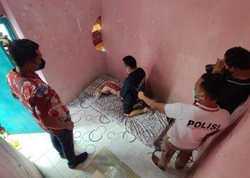 Hendra (34), saat sedang memperagakan adegan menyodomi korban di kamar indekosnya. (Foto: Humas Polda Kepri)