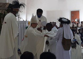 Uskup Agung Timika Mgr. Antonius Subianto Benjamin, OSC memimpin Misa Pentahbisan tiga imam baru di Gereja Katholik St. Misael, Distrik Sugapa, Kabupaten Intan Jaya, Selasa, 12 Oktober 2021.