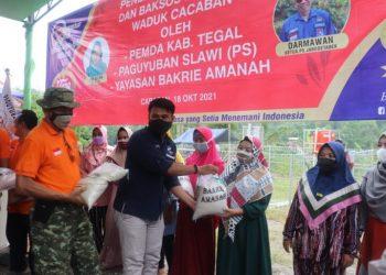 Warga duafa sekitar Waduk Cacaban, Kabupaten Tegal, Jawa Tengah saat menerima bantuan beras dari Bakrie Amanah.